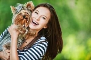 femme_et_petit_chien